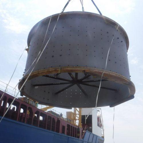 Carga de pieza de molino minero en el puerto de Vigo