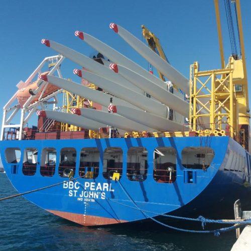 Carga de palas eólicas en el puerto de Motril