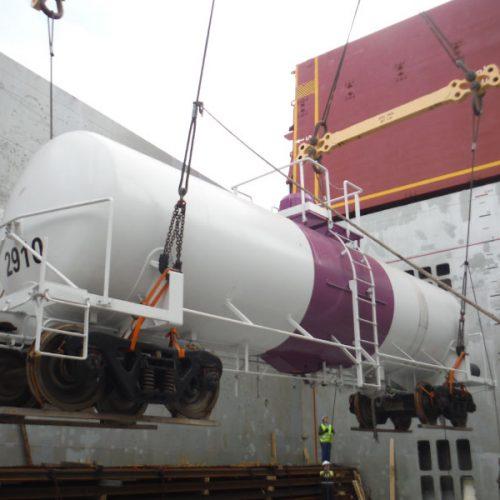 Carga de vagón cisterna en el puerto de Gijón